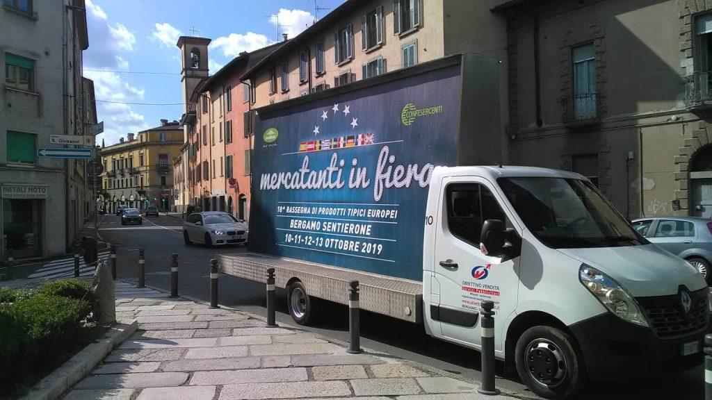 Pubblicità itinerante con camion vela a Bergamo